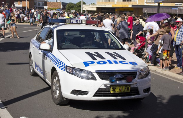 NSW_Police_general_duties_vehicle_in_the_SunRice_Festival_parade_in_Pine_Ave