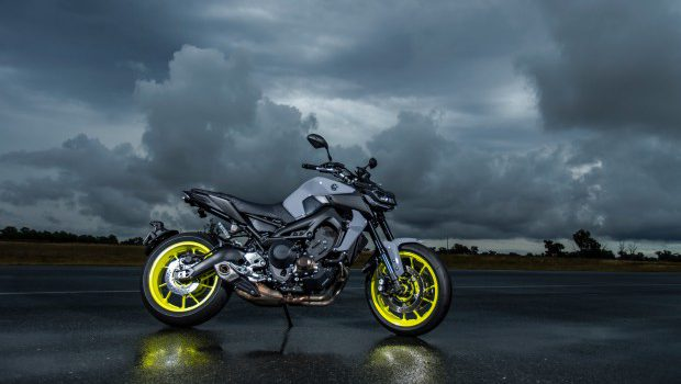 2017 yamaha mt 09 review loaded naked bike me. Black Bedroom Furniture Sets. Home Design Ideas
